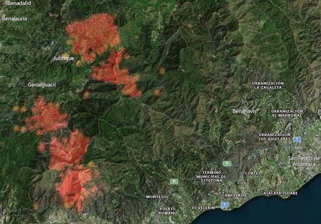Den första härden har reducerats något det senaste dygnet men en ny front hotar kastanjedistriktet vid Valle del Genal. Bild: Zoom Earth