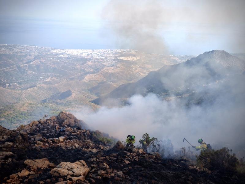 Bekämpningen av storbranden är både mödosam och riskfylld. Flera olyckor har inträffat de senaste dagarna. Foto: Infoca