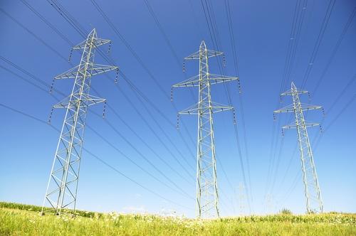 Marknadspriset på el fortsätter att slå nya rekord, men nu har regeringen bestämt sig för att sätta hårt mot hårt.