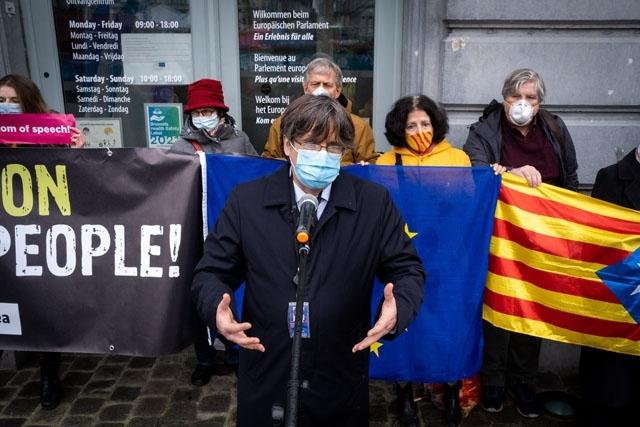 Det är tredje gången som Puigdemont häktas i ett EU-land, på grund av Spaniens efterlysning.