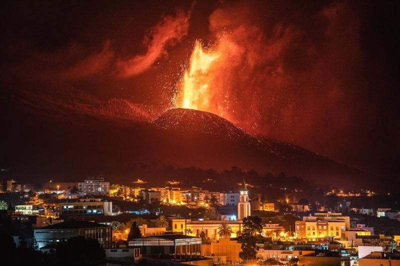 Det spektakulära vulkanutbrottet på La Palma har lockat en enorm presskår, som dock också tvingats flytta sig på grund av tilltagande intensitet. Foto: Twitter