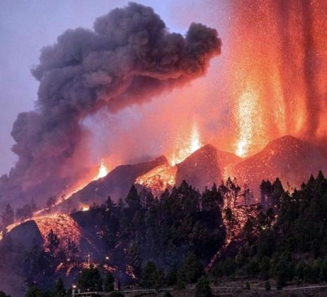 Bilderna från vulkanubrottet på La Palma är fascinerande och skrämmande på samma gång. Foto: Twitter