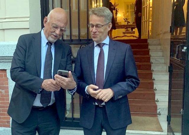 Sveriges EU-minister Hans Dahlgren (t. v.) med ambassadören Teppo Tauriainen, vid ambassaden i Madrid. Foto: Embajada de Suecia