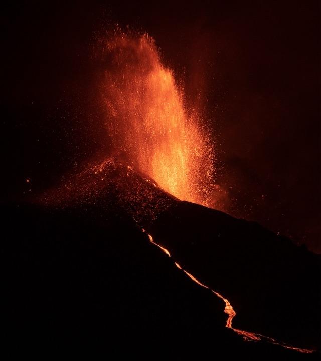 Den nya vulkanen på La Palma sprutar ut både gaser, aska och lava i allt större omfattning.