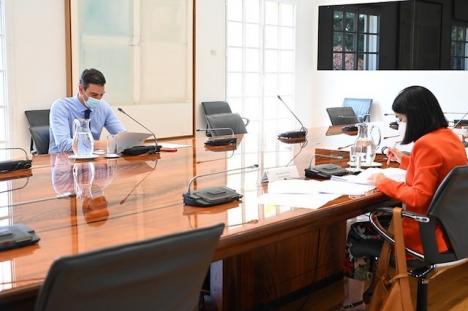 Hälsovårdsministern Carolina Darias i möte med regeringschefen Pedro Sánchez.