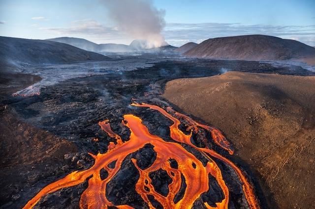 Nya lavaströmmar hotar hittills ej drabbade områden.