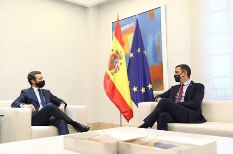 Oppositionsledaren Pablo Casado (till vänster) och regeringschefen Pedro Sánchez har nått en överenskommelse, vilket är sällsynt.