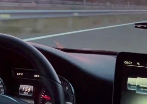 Instrumentbrädan visade tydligt i videon bilens höga hastighet.