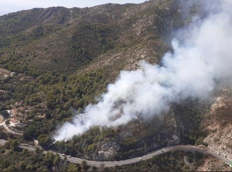 Branden uppstod intill landsvägen orsakad av en förolyckad bil. Foto: Infoca