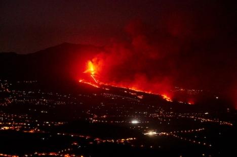 Den nya vulkanen på La Palma fortsätter efter en månads utbrott att begrava nya områden.