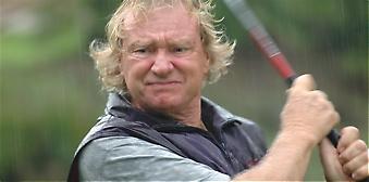 Deltagarna i tävlingen på El Chaparral Golf slöt upp mangrannt trots ihärdigt regn. På bilden är det Bengt-Åke Sevedag som visar sportsmannaanda.