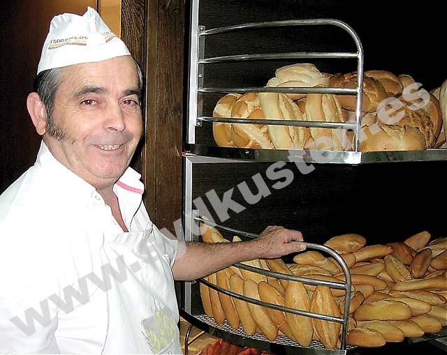 """På Pacos bageri Cripán använder de cirka 1 500 kilo mjöl varje dag. """"Brödet är heligt för spanjorerna, utan bröd smakar inte maten."""""""