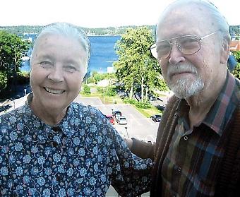 Alice och Nils-Ivar Sjöblom bor med havsutsikt i Saltsjöbaden. De trivs bra, men saknar sitt andra hemland Spanien och inte minst alla vänner där.