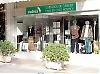 Cudeca har ett flertal butiker längs kusten där volontärer säljer begagnade artiklar som skänks till verksamheten.