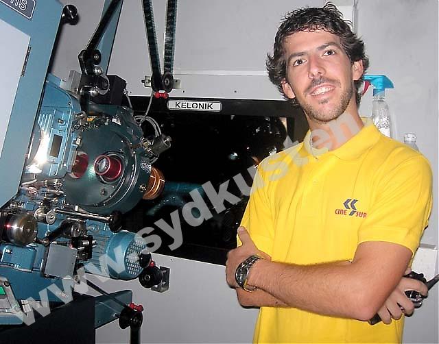 """""""Jag har alltid tyckt om film och bio, dessutom fascineras jag av tekniken. Jobbet som biomaskinist är perfekt för mig"""", säger Paco Parra."""