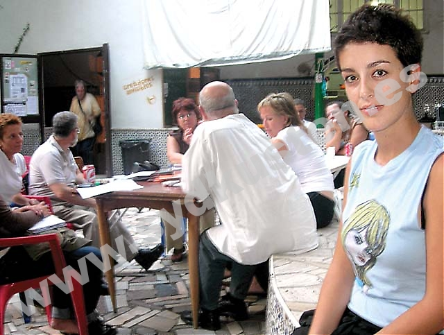 """""""Málaga kommun satsar på finkultur och glömmer bort vanligt folk. Konst handlar inte bara om att gå på teater och museum utan också om att få utöva sin egen kreativitet"""", säger Paula Gómez de la Fuente på Casa Invisible."""