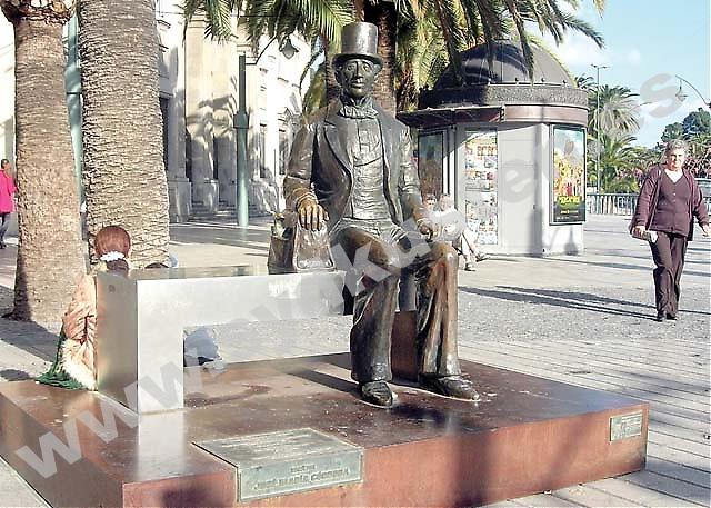 """Hösten för 145 år sedan tillbringade sagoförfattaren HC Andersen tio dagar i Málaga. I sin reseskildring """"I Spanien"""" skrev han senare att han ingenstans i landet känt sig så lycklig och hemma som just här. Och till staden i hans hjärta återvände Andersen med sin resväska och fula ankunge. På Plaza Marina sitter han nu och njuter av folklivet."""