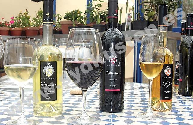 På Bodega Cezar framställs tre olika viner; det vita Eleonor gjort på Moscatel och Chardonnay, det röda Sueños gjord på Tempranillo, och det söta Sofia, hundra procent Moscatel.