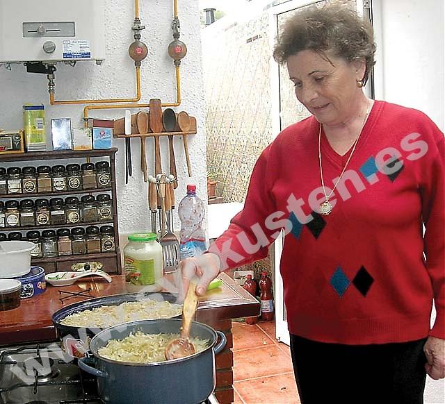 María känner sig hemma och integrerad i Spanien, talar språket och har spanska vänner. Men hemma lagar hon alltid rumänsk mat. En av specialiteterna är Sarmale, rumänska kåldolmar.