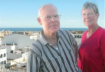 Christer och Stina Svensson köpte sin lägenhet i San Pedro 1997 och fick tillträde året efter. Deras advokat kontrollerade att alla papper var i ordning, bygglov fanns, de fick lagfart och har betalat fastighetsskatt i tio år. Trots det är huset inte godkänt enligt gällande stadsplan och bostadsföreningen kan nu tvingas kompensera för detta.