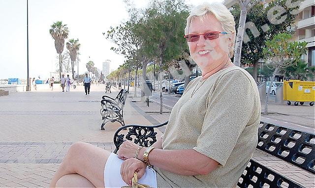 """Sirpa Jokinen arbetade som språklärare i Finland och flyttade till Spanien för att få nytta av alla språk hon talade. """"Hemma fick jag inte ens chans att tala svenska, men här är det så internationellt, det tycker jag väldigt mycket om."""""""