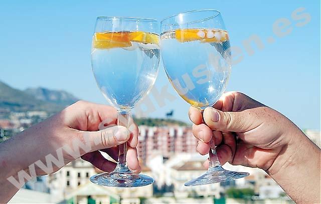 Många Spaniensvenskar dricker för mycket, de flesta i det tysta. För att släppa blygsel, ensamhet eller ångest. Här är livet en fest och det är lättare att dölja sitt beroende. För dem som vill sluta har Anonyma Alkoholister svenska grupper i både Fuengirola och Nerja.