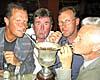 Stefan Tjellander firade segern med att dricka laget om med sugrör ur vandringspokalen. Han fick sällskap av Gunnar Johanesson, Daniel Sundén Cullberg och Lars Bölander.