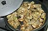 Stek kockorna under lock i olivolja och vitlök. Späd med vätska.