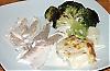 De saftiga fiskfiléerna serveras med exempelvis broccoli och purjolöksgratäng.