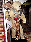 En uppstoppad björn står i entrén till Salvador Dalís hem i Port Lligat.