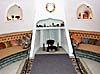 Vardagsrummet i Dalís hem är helt runt och en soffa sträcker sig längs hela rummet.