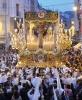 Málagas gator fylls av folk när de populäraste tronerna bärs genom staden. Från la Virgen de la Palomas tron släpps levande duvor. Foto: Cofrades Málaga