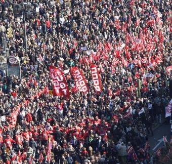 Tiotusentals människor tågade 19 februari runt om i Spanien i protest mot regeringens arbetsmarknadsreform. Foto: PSOE
