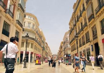 Calle Larios är en av de dyraste gatorna i Spanien med lokalhyror på mellan 70 och 160 euro per kvadratmeter. Följden är att de enda som kan etablera sig här är de stora kedjorna eller de med ett digert kapital i ryggen.