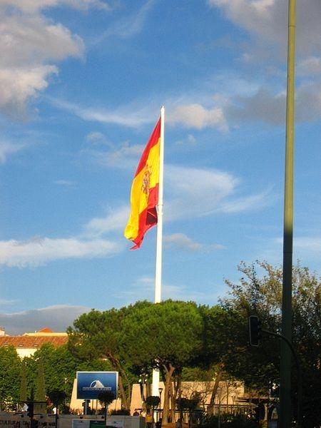 Det är inte bara Madridbörsen som rasar. Även Spaniens största flagga, vid Plaza de Colón föll av stången 2 augusti.