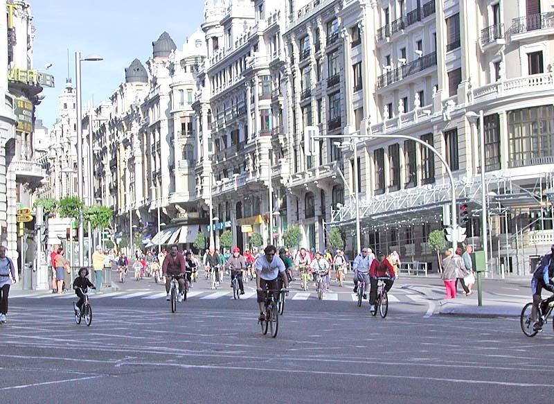 Cyklisterna rasar mot påbudet på hjälm.