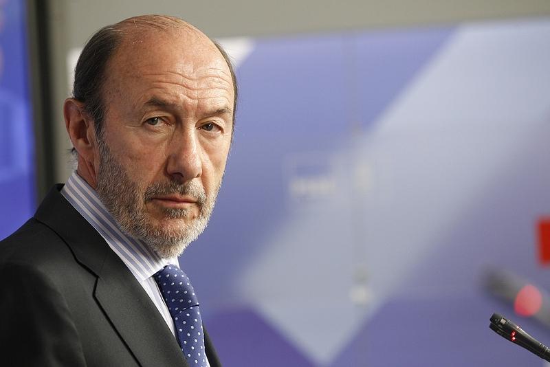 Oppositionsledaren Alfredo Pérez Rubalcaba övertygar ej i opinionsundersökningarna, trots PP:s ras.