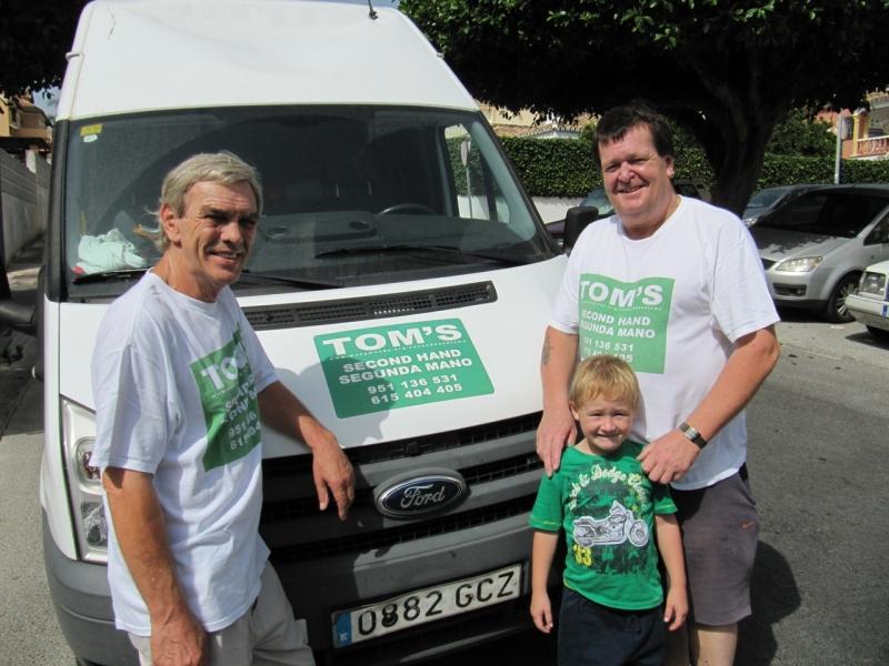 Frank Reidy och Mark Shearer erbjuder leverans och hämtning av varor. Mark´s son Tom har givit butiken dess namn.