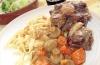 Stuvningen gör sig bäst serverad med pasta, exempelvis bandspaguetti.