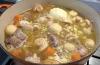 Buljongen ska täcka köttet och grön-sakerna, som får puttra under lock.