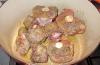 Oxsvansbitarna i olika storlekar doppas i mjöl och bryns i grytan.