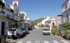 Benahavís har endast omkring 6 000 mantalsskrivna innevånare och byn är pittoresk. Kommunen är en av kustens mest glesbefolkade och inrymmer bland annat ett dussintal golfbanor, som Los Arqueros Golf.